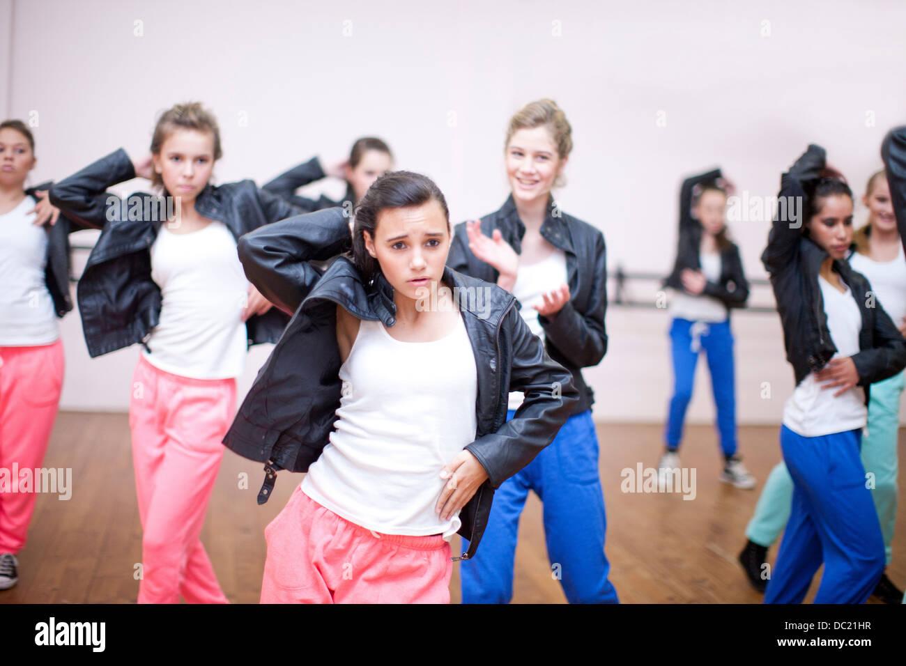 Gruppo di adolescenti che praticano danza in studio Immagini Stock