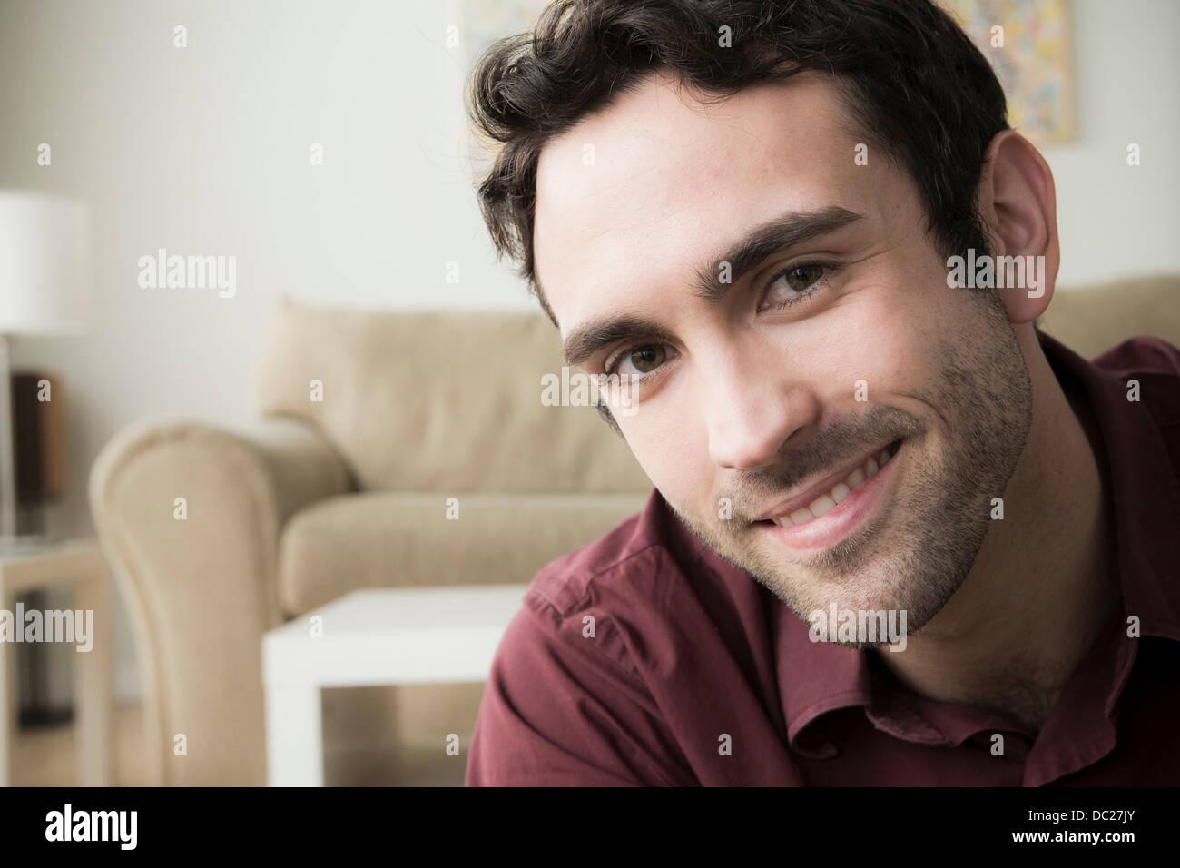 Ritratto di giovane uomo con i capelli neri, sorridente Immagini Stock