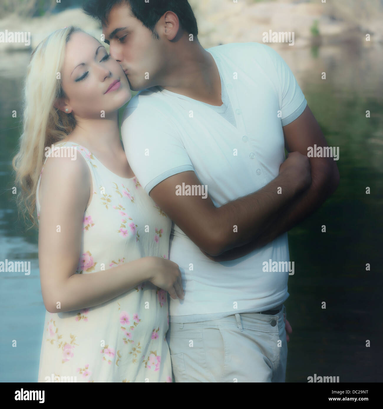 Un paio di baciare Foto Stock