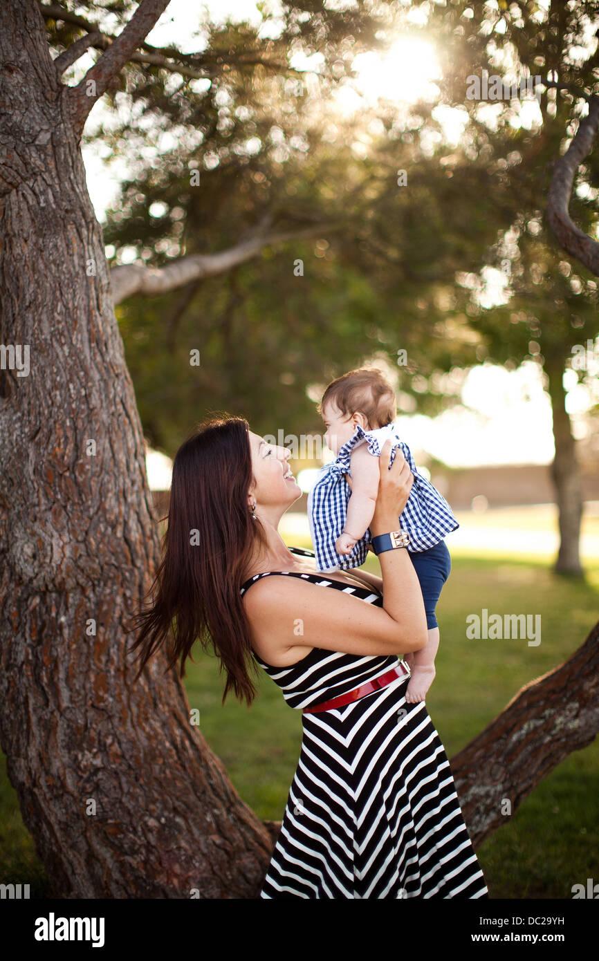 Ritratto di Madre tenendo la nostra bambina Foto Stock