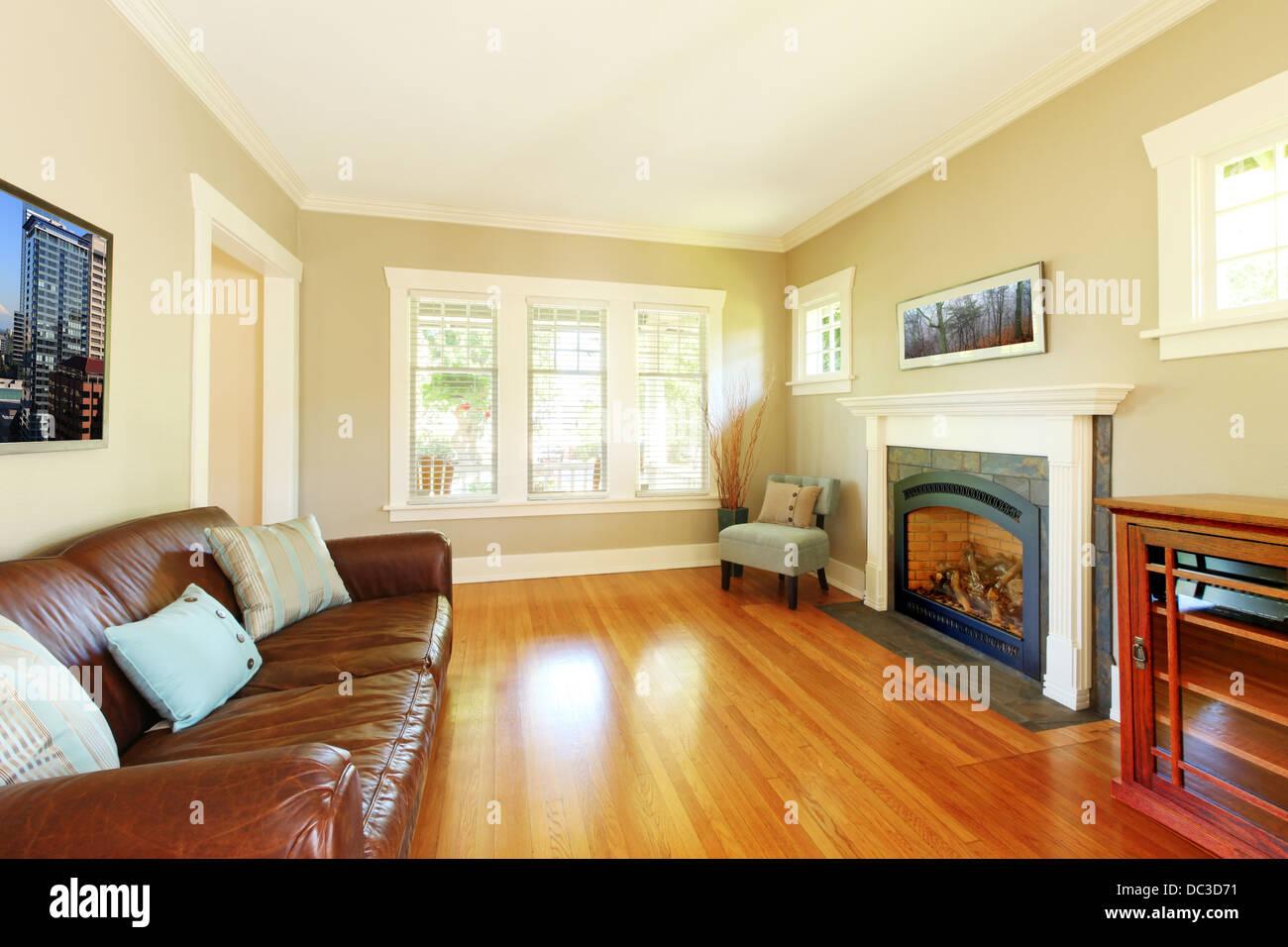 Elegante soggiorno con camino e divano in pelle con pareti ...