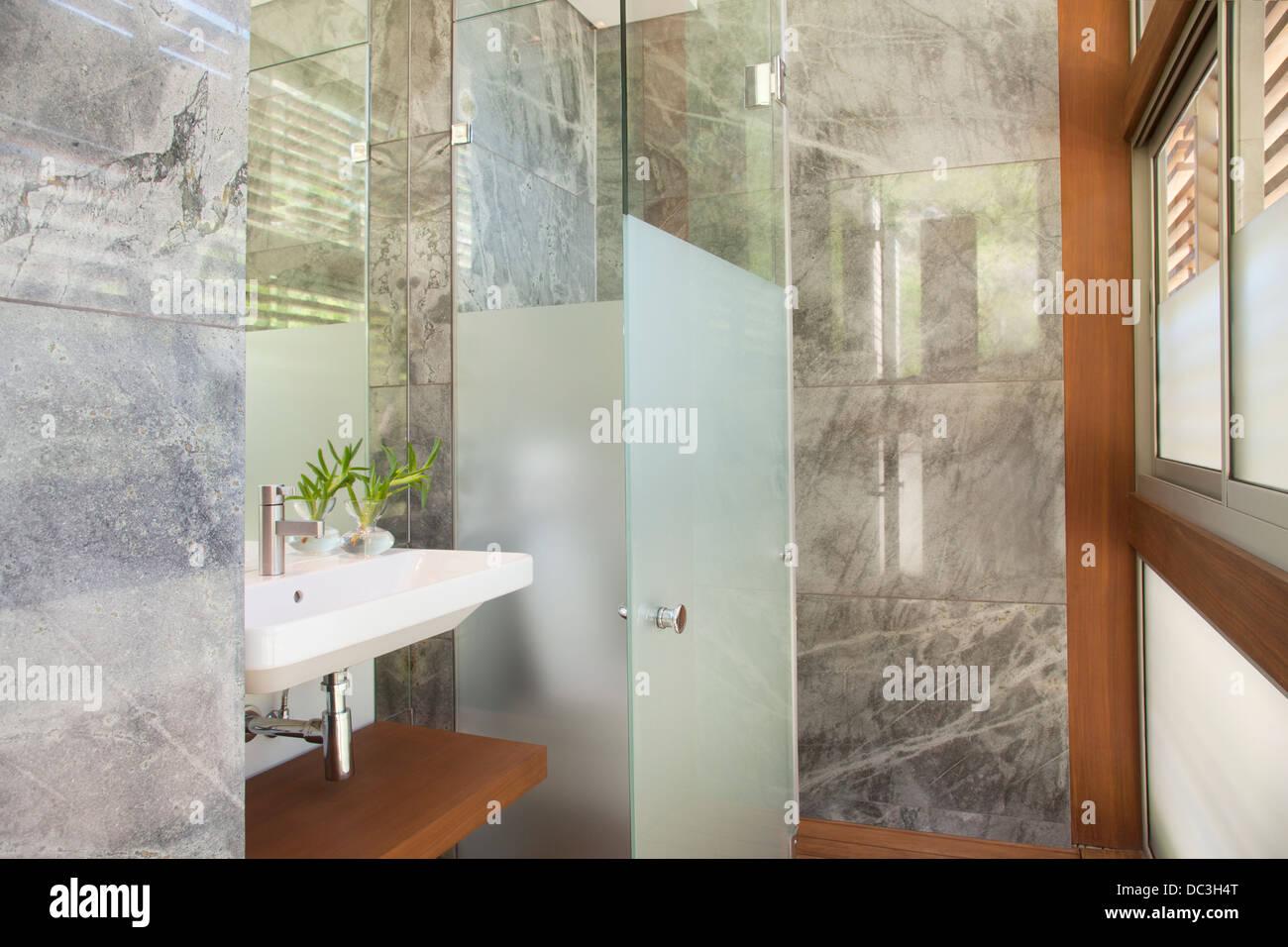 Bagni Moderni Con Doccia : Bagno moderno con doccia in marmo foto immagine stock