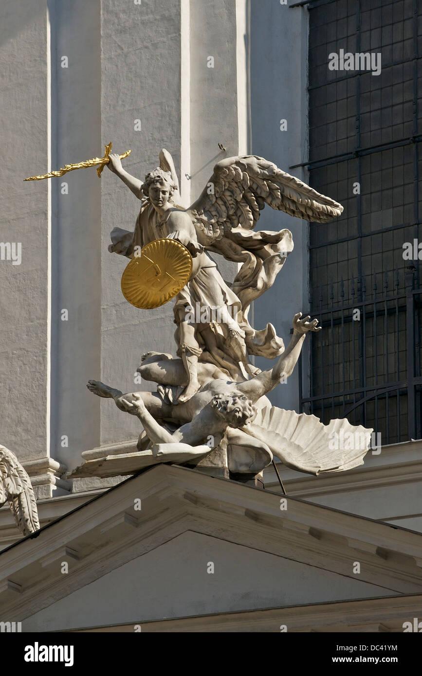 L'arcangelo Michele defeateing male, presso la Michaelerkirche vicino al palazzo imperiale Hofburg di Vienna, Immagini Stock