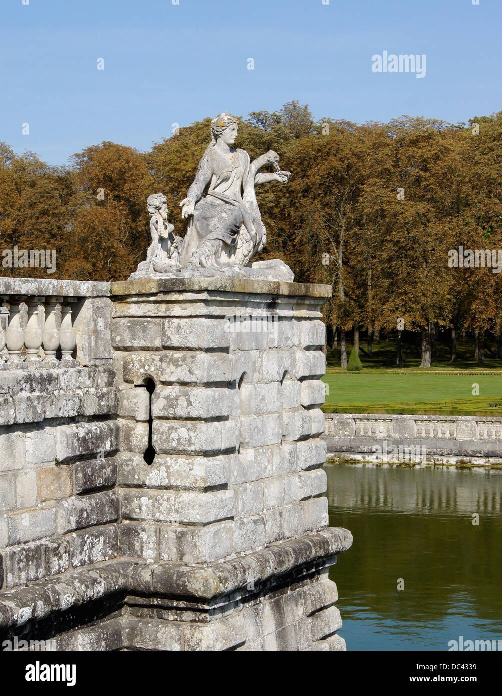 Statua di una donna con uno struzzo, angolo del Château de Vaux-le-Vicomte, appena sopra il fossato. Immagini Stock