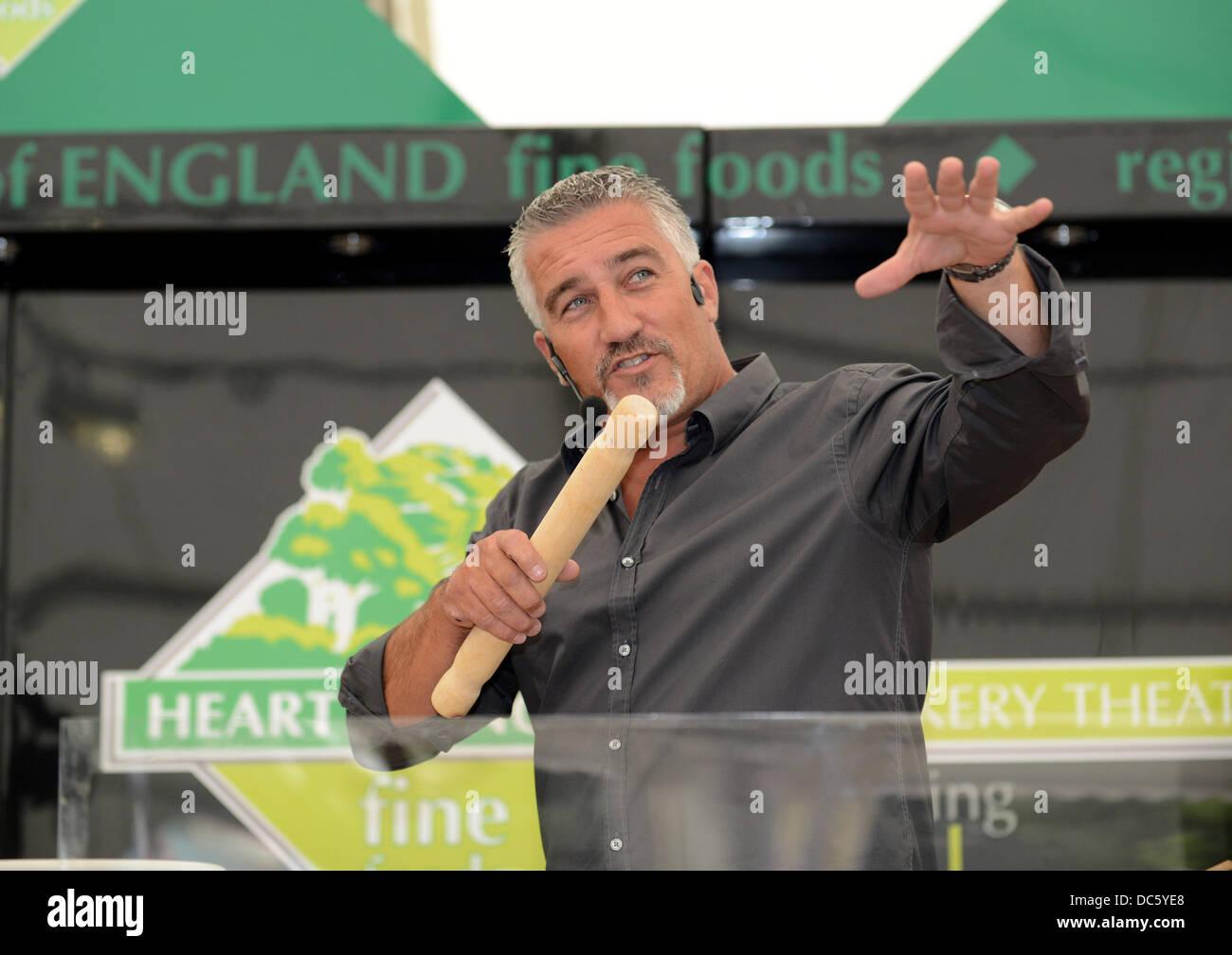 Shrewsbury Flower Show UK 9 agosto 2013. La Televisione Celebrità baker Paul Hollywood dimostrando la sua cottura. Immagini Stock