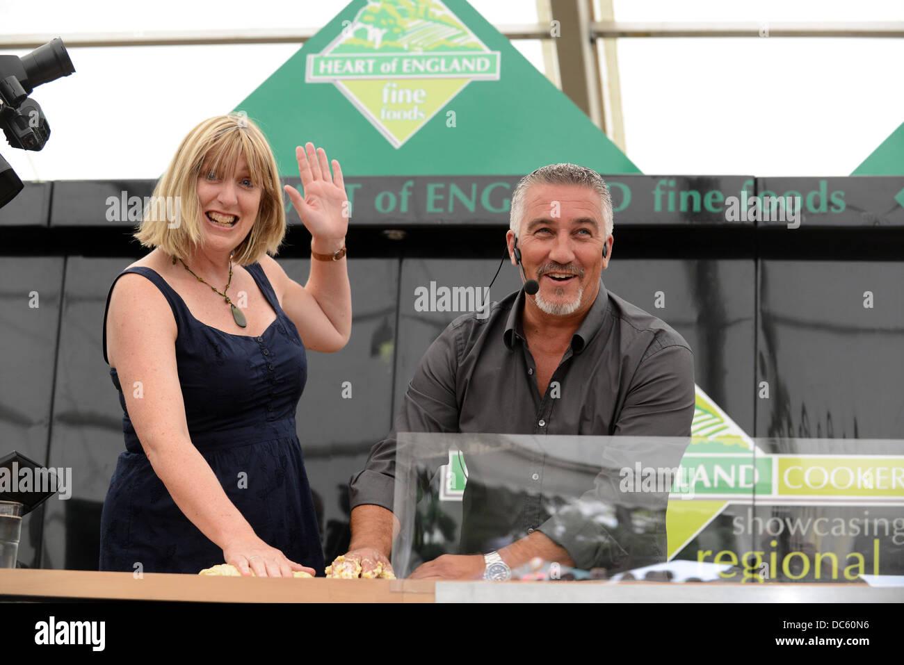 Shrewsbury Flower Show UK 9 agosto 2013. La Televisione Celebrità baker Paul Hollywood ottiene aiuto da parte Immagini Stock