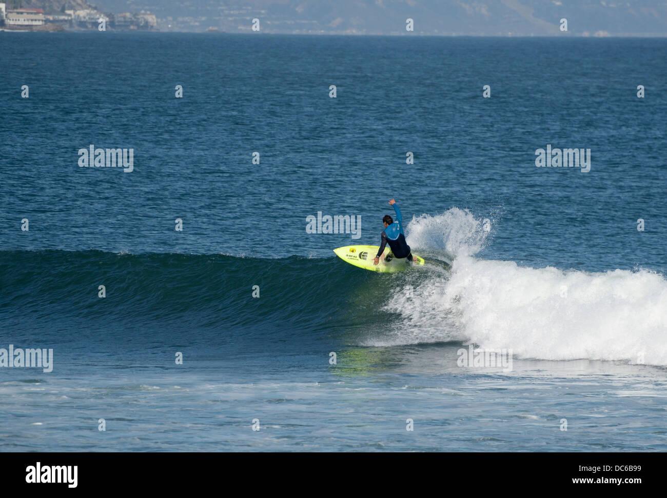 Lone surfer a cavallo di un onda, Surfrider Beach, Malibu, CA Immagini Stock
