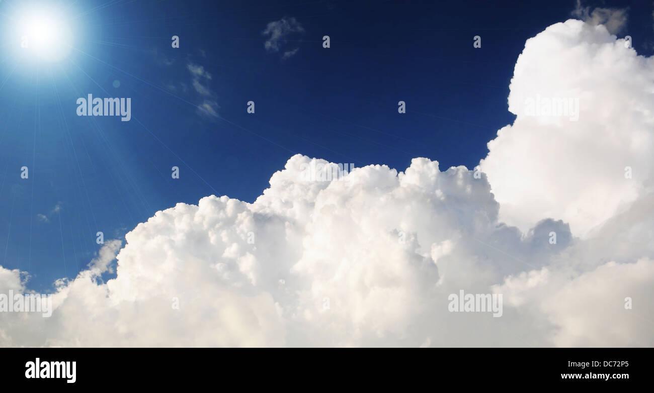 Nuvoloso cielo tempestoso con raggi solari Immagini Stock