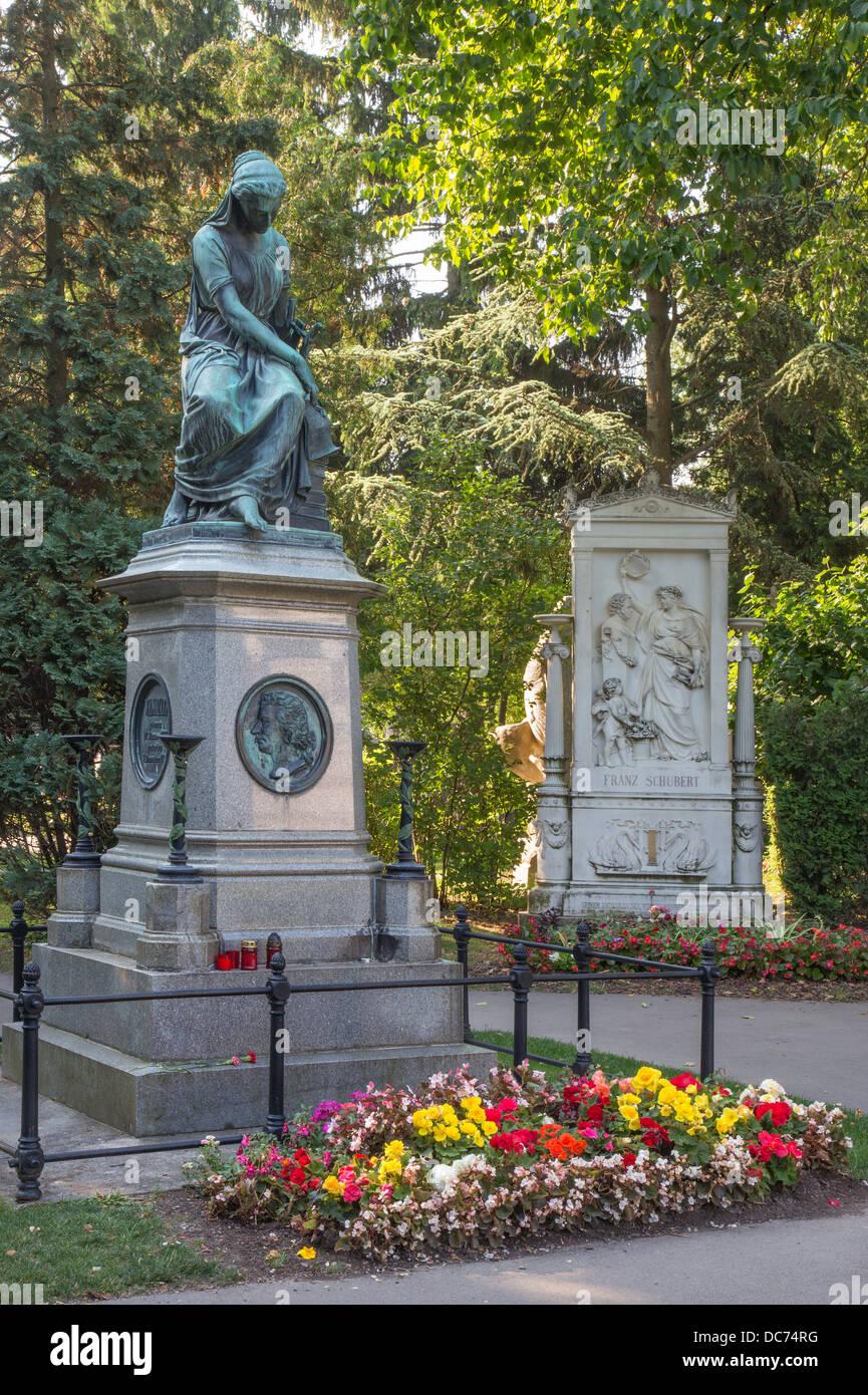 Vienna - Tombe dei compositori W. A. Mozart e Franz Schubert sul cimitero Centralfriedhoff. Immagini Stock