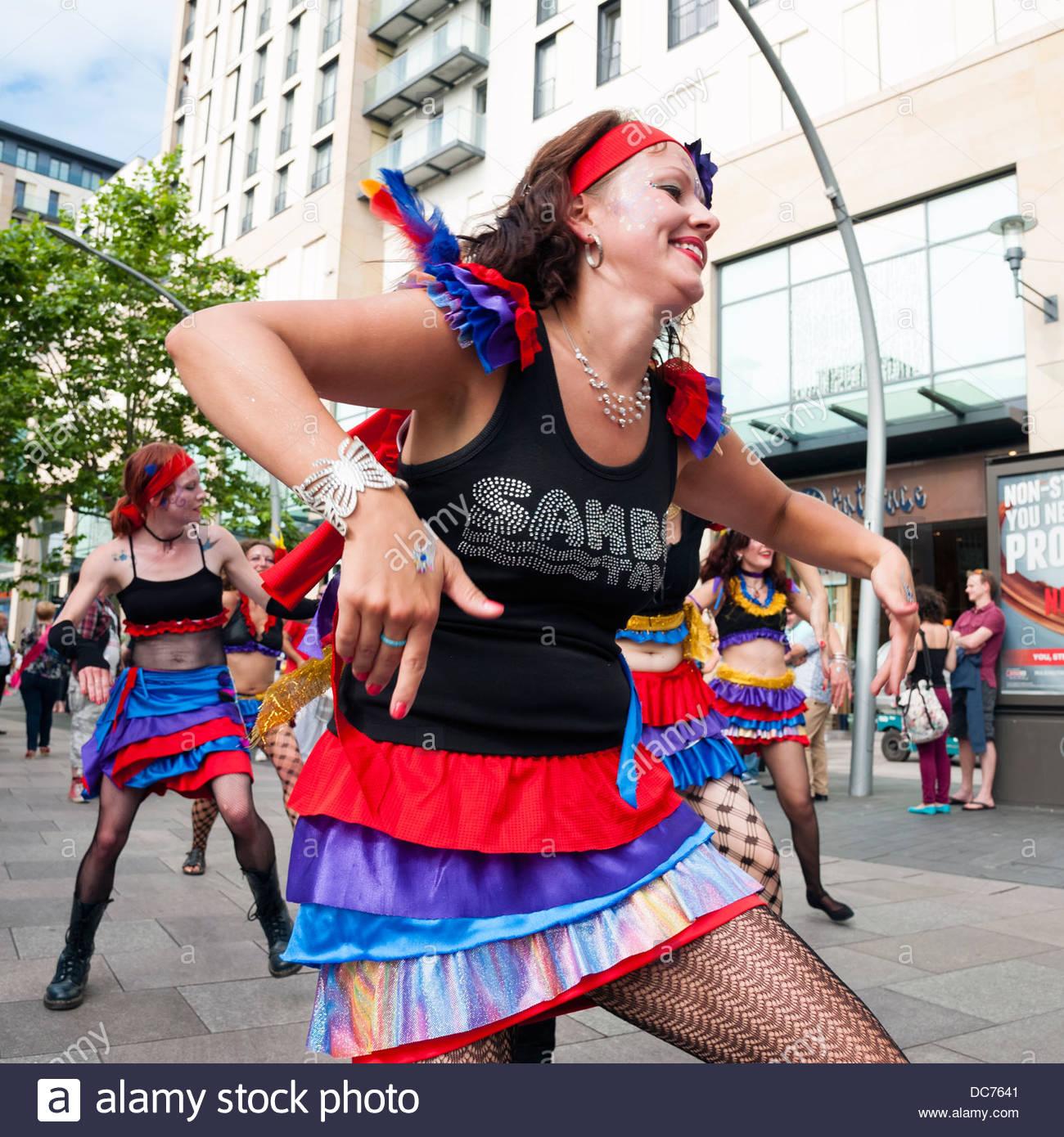 La ballerina di Samba in un carnevale sfilano per le strade di Cardiff, Galles, UK. Immagini Stock