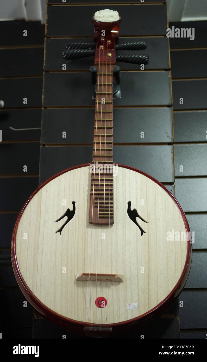 Zhong Ruan strumento sulla vendita in un negozio di musica a Shanghai in Cina. Immagini Stock