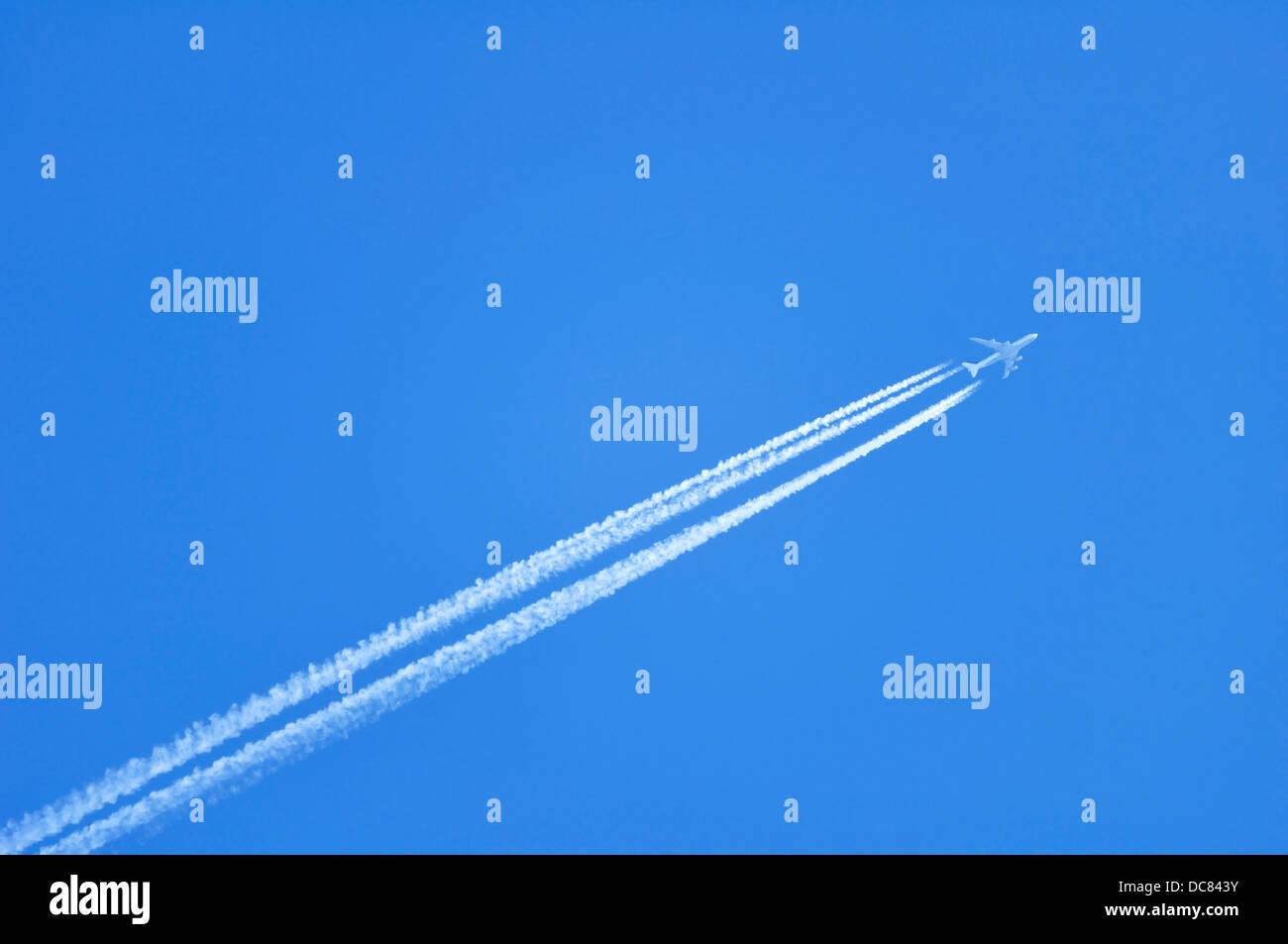 Contrails / vapore a getto di scia di un aereo Immagini Stock