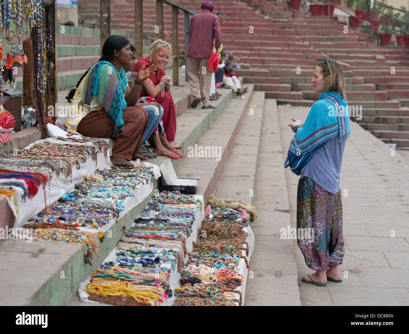 Negozi di souvenir sulle rive del Gange Fiume - Varanasi, India Immagini Stock