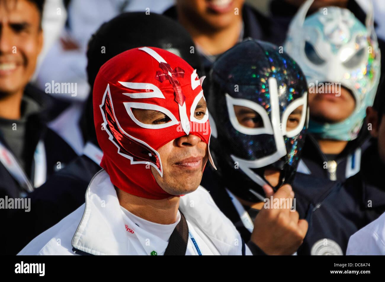 Gli uomini indossano wrestler messicano maschere Immagini Stock