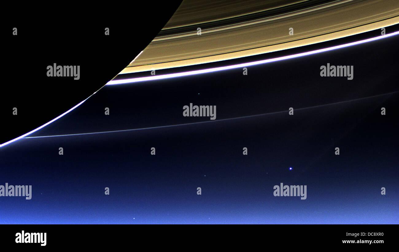 NASA sonda Cassini immagine degli anelli di Saturno e del pianeta Terra e la luna Immagini Stock