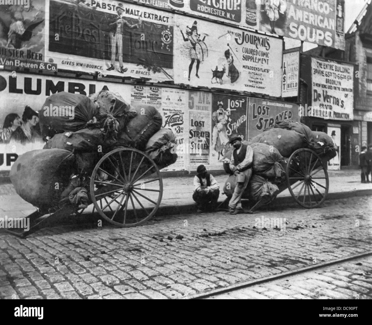 Due carrelli di rag, New York City, circa 1896 Immagini Stock