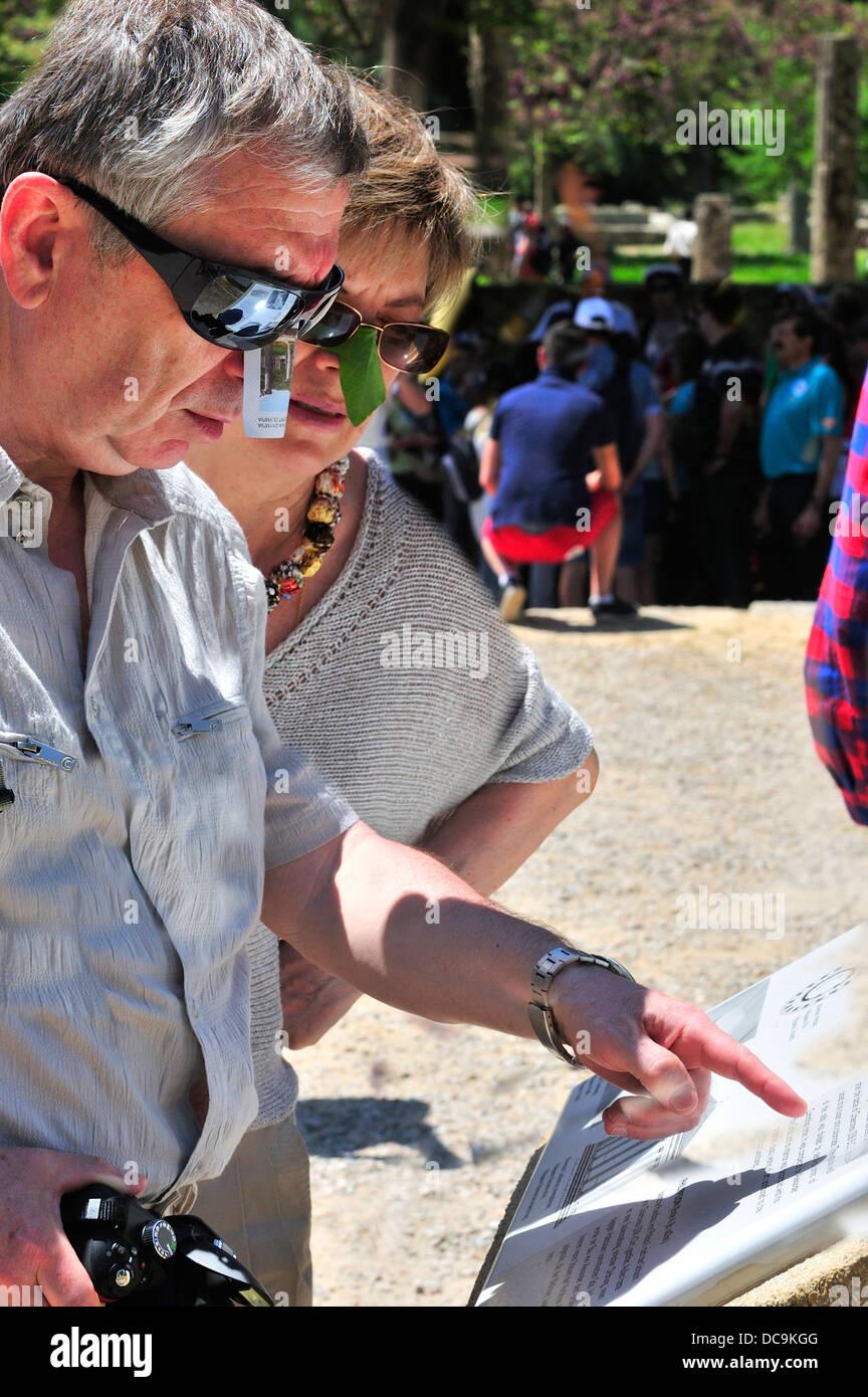 Due persone ad Olimpia nel Peloponneso con il make-do naso protezioni ripari dal sole bruciare i loro nasi Immagini Stock