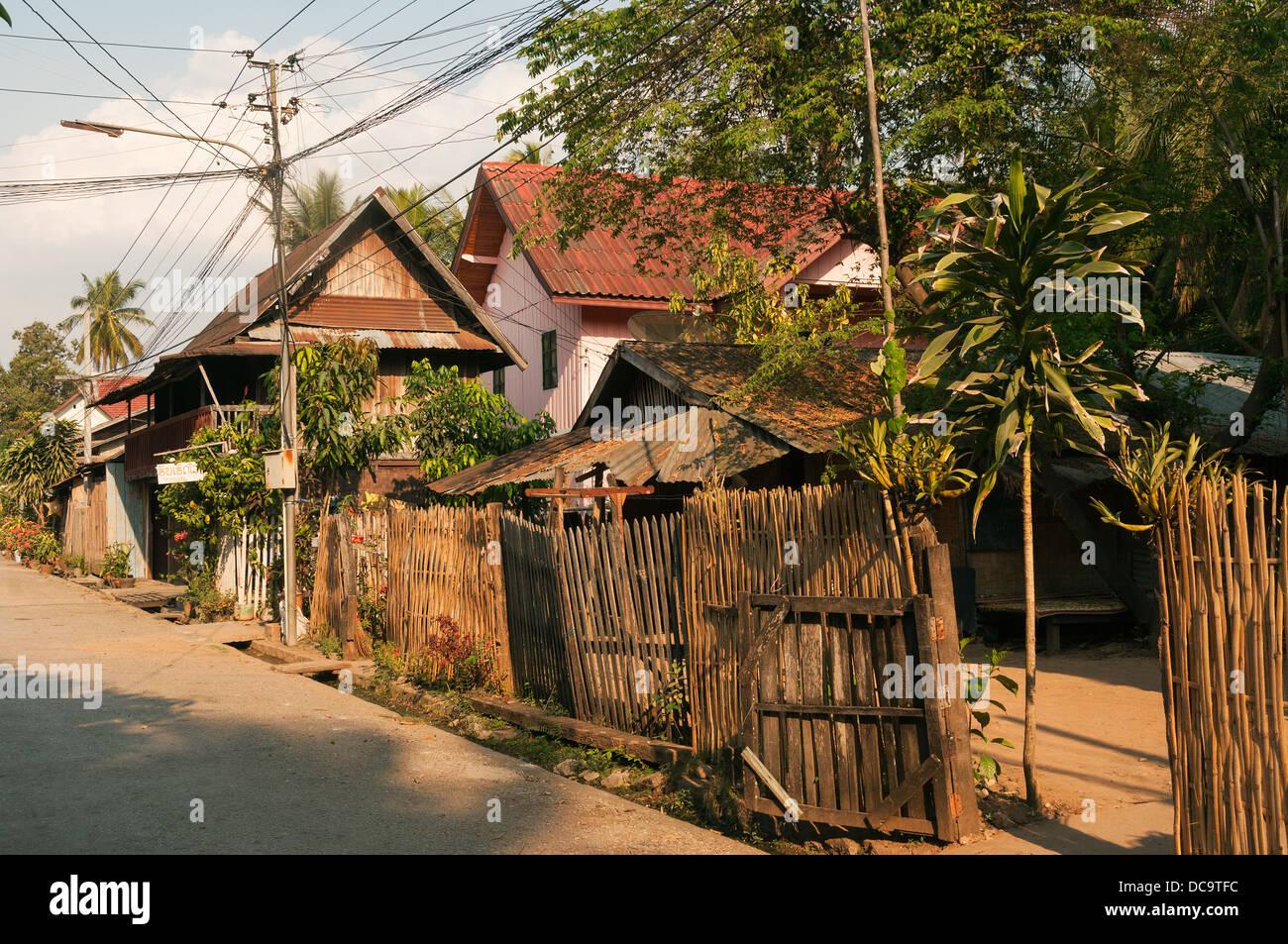 Elk209-1063 Laos Luang Prabang, strada residenziale, casa Immagini Stock