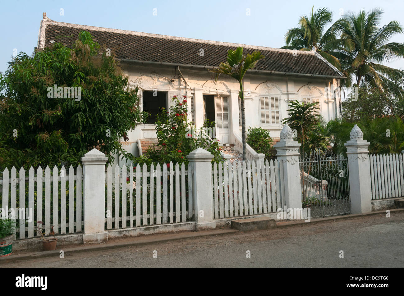 Elk209-1066 Laos Luang Prabang, strada residenziale, casa Immagini Stock