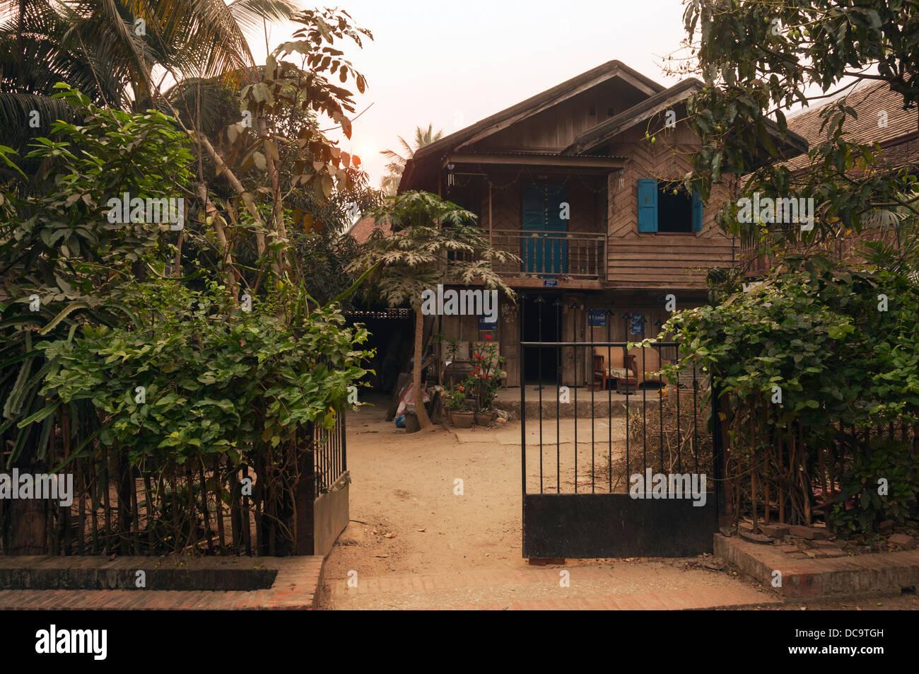 Elk209-1069 Laos Luang Prabang, strada residenziale, casa Immagini Stock