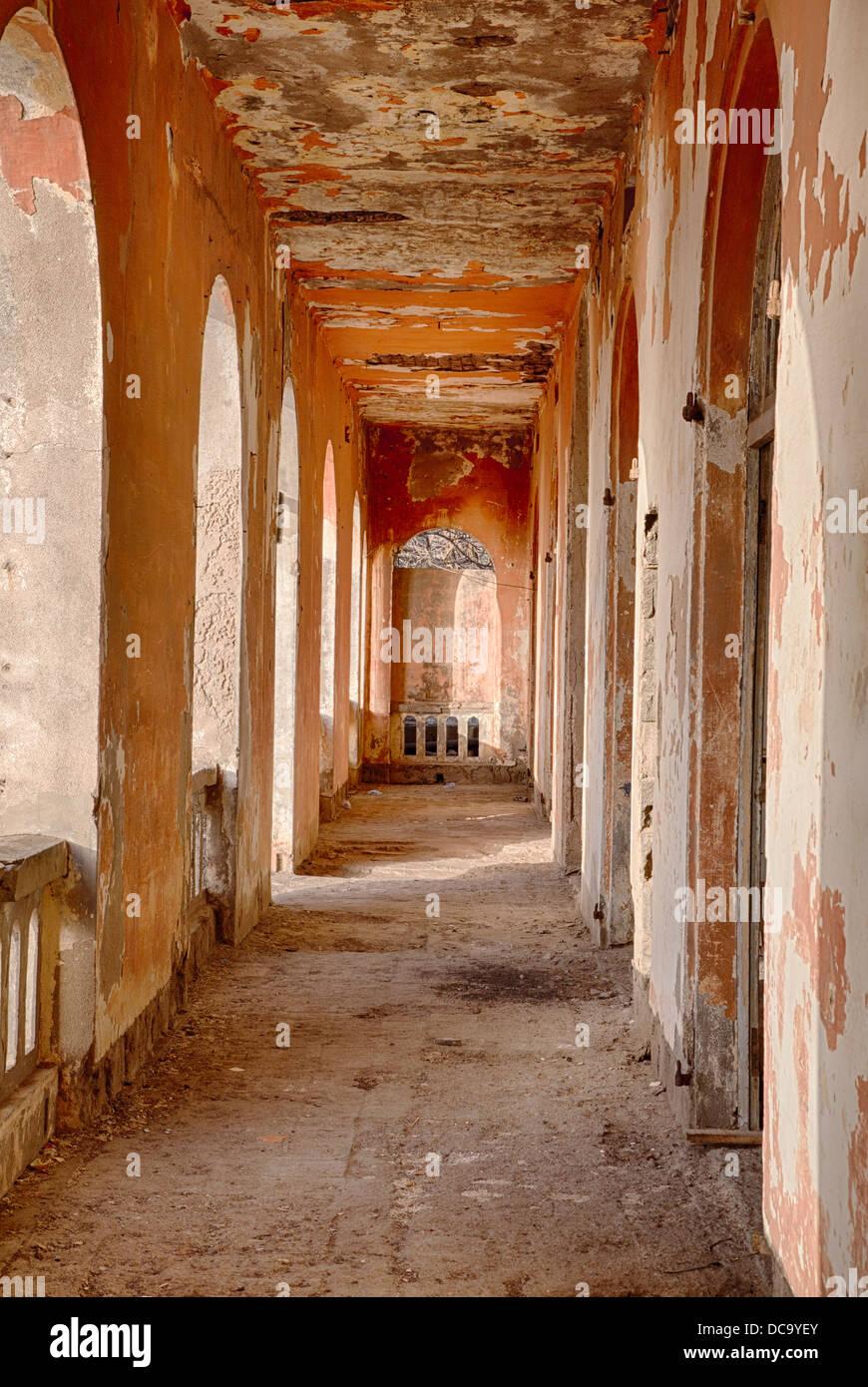 Corridoio lungo gli uffici del francese ex governatore