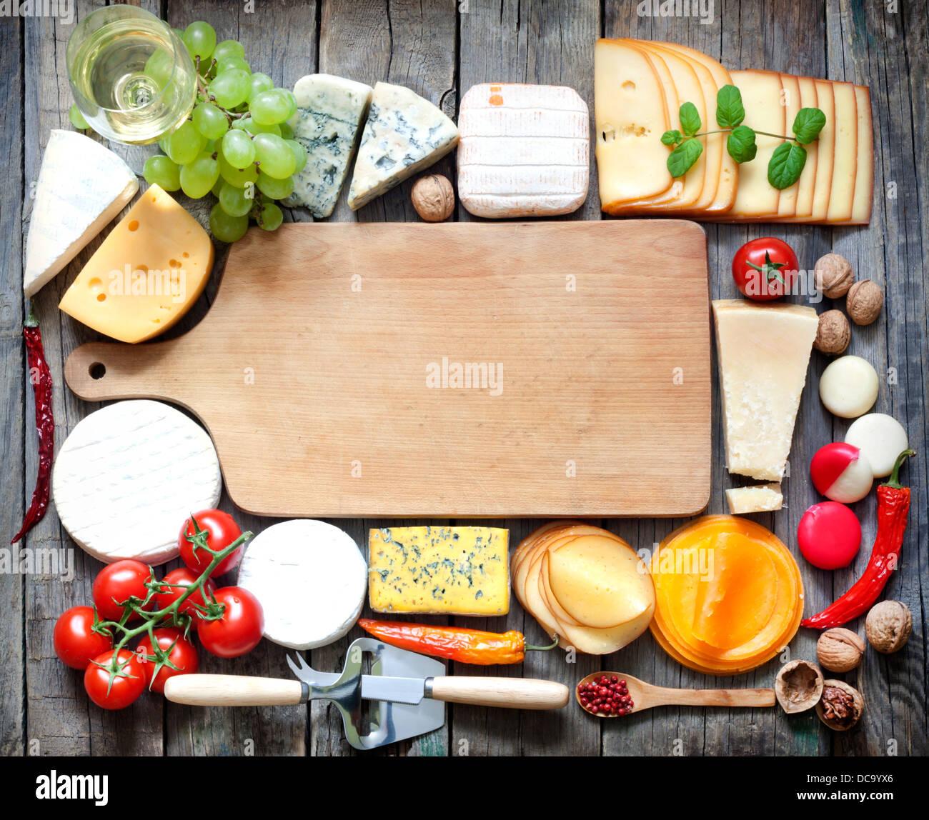 Vari tipi di formaggio con spazio vuoto il concetto di sfondo Immagini Stock