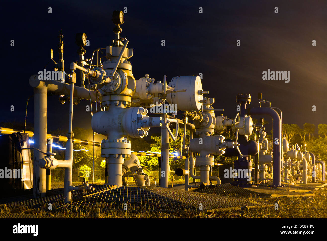 Albero Di Natale Petrolio.Fila Di Albero Di Natale Valvole Su Un Pozzo Di Petrolio Piattaforma Nell Amazzonia Ecuadoriana Illuminata Di Notte Foto Stock Alamy