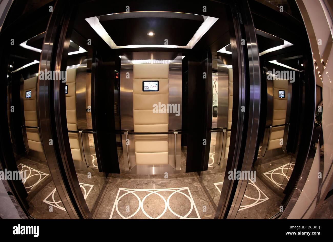 Hotel Radisson Blu interno Agra India ospitalità ascensore con pannelli in vetro riflessioni elegante ultramoderno Immagini Stock