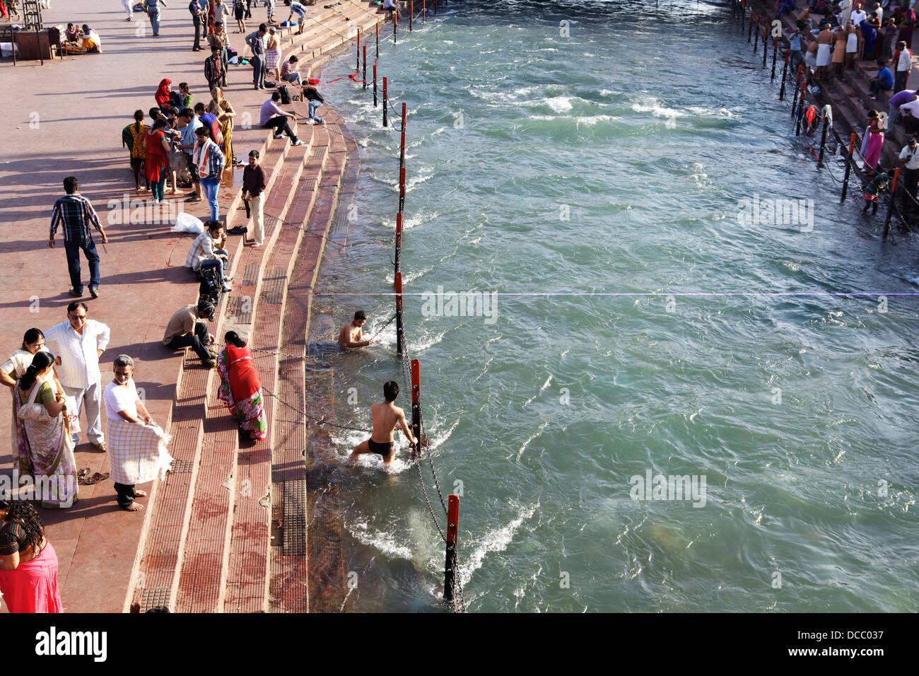 I religiosi devoti di immergersi nel flusso rapido delle acque del Fiume Gange in Haridwar, India. Immagini Stock