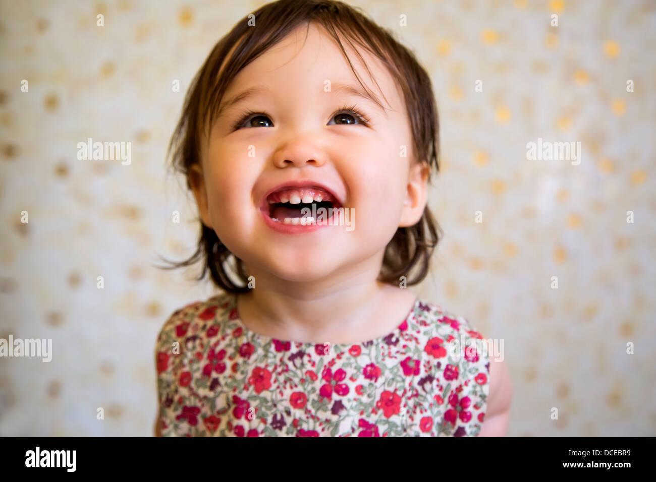 16 mesi sorridente bambina Foto Stock