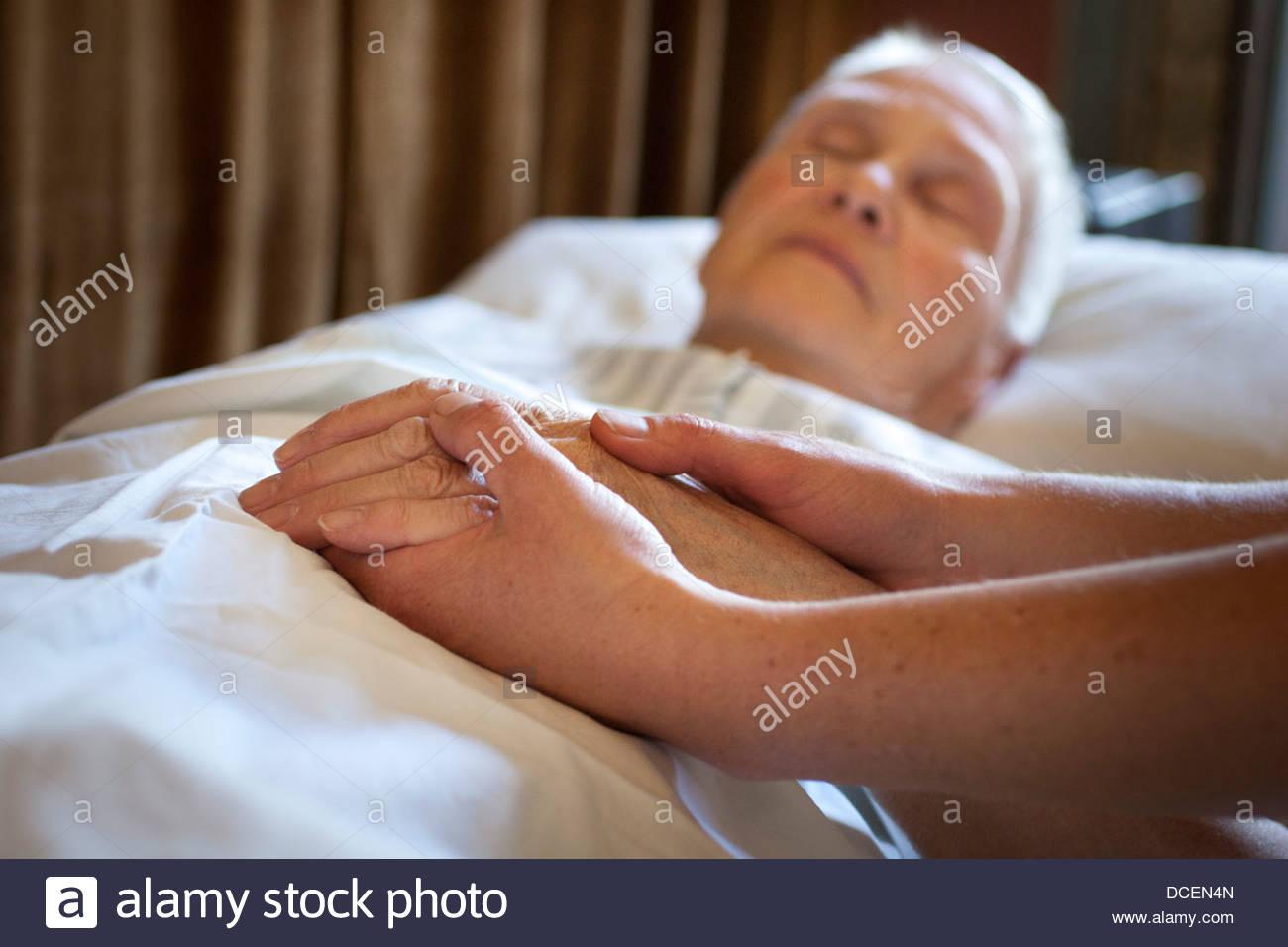 Figlia di cura la sua madre malata Immagini Stock