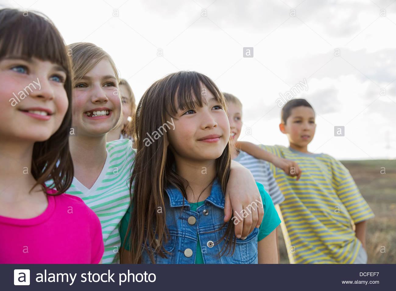 Un gruppo di ragazzi che stanno insieme all'aperto Foto Stock