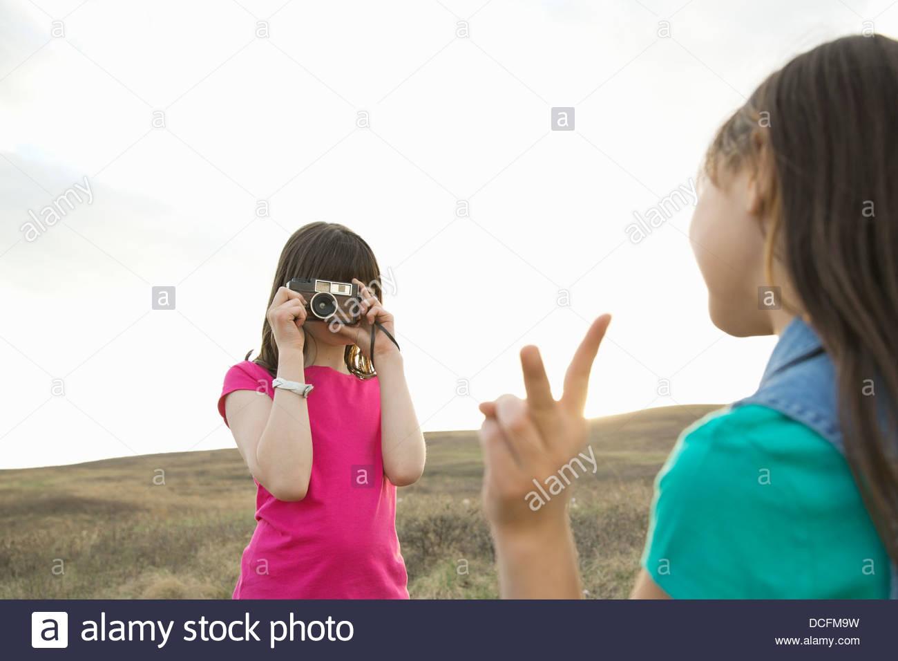 Ragazza fotografare amico femmina durante la gita Immagini Stock