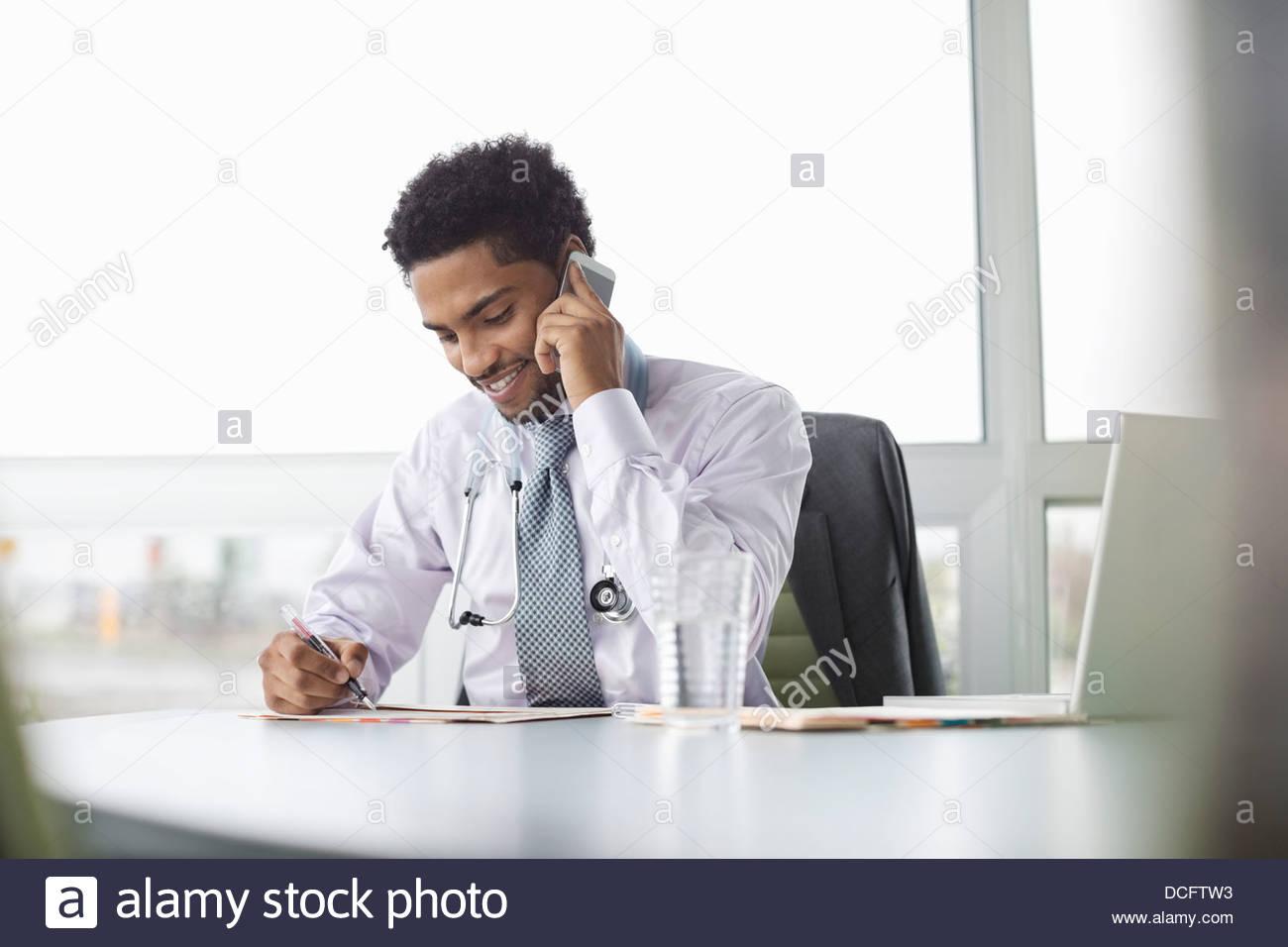 Medico multi-tasking Immagini Stock