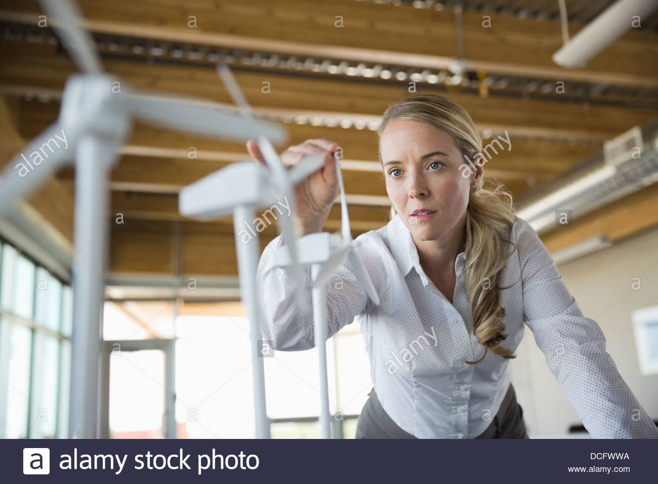Energia sostenibile per l'ingegnere di lavoro con i prototipi Immagini Stock