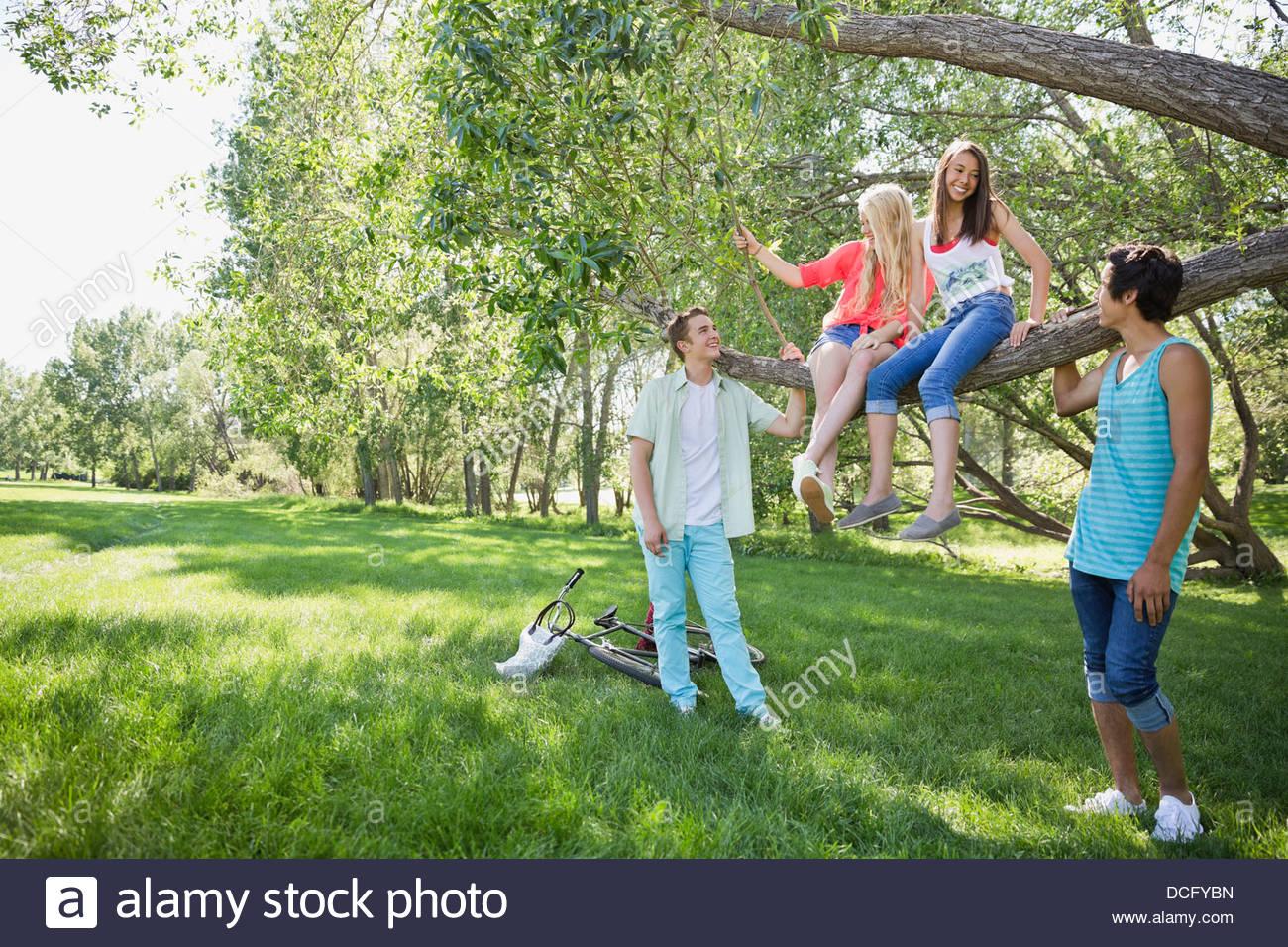 Gli adolescenti appendere fuori in un parco Immagini Stock