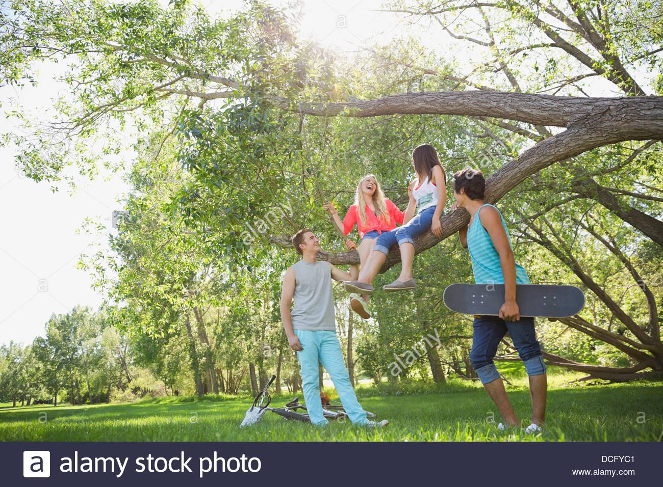 Teenage amici di trascorrere del tempo in un parco Immagini Stock