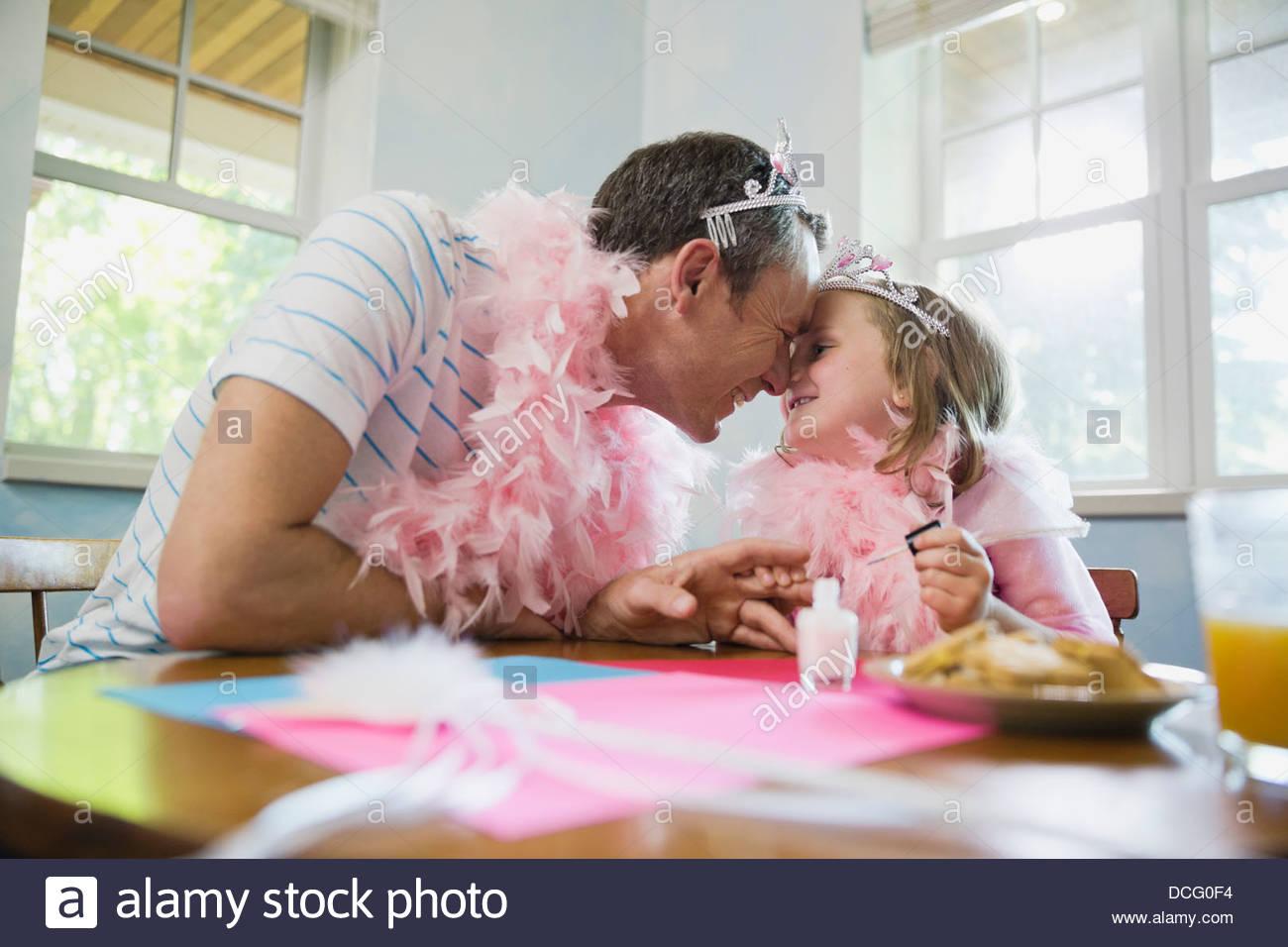 Bambina e padre dando naso baci Immagini Stock