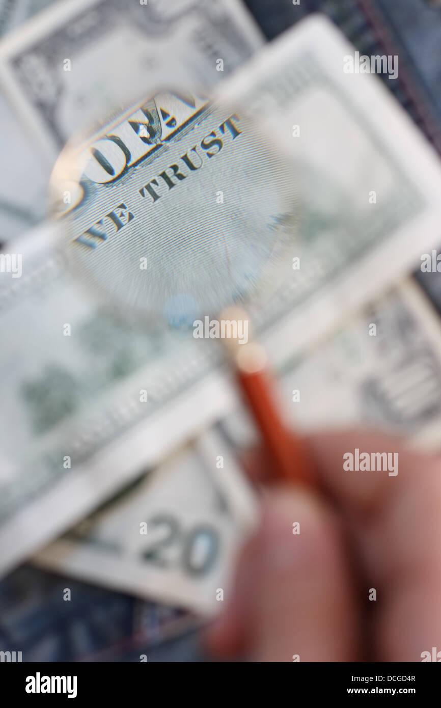 159640d7d0 Il lato posteriore della banconota è sotto una lente di ingrandimento