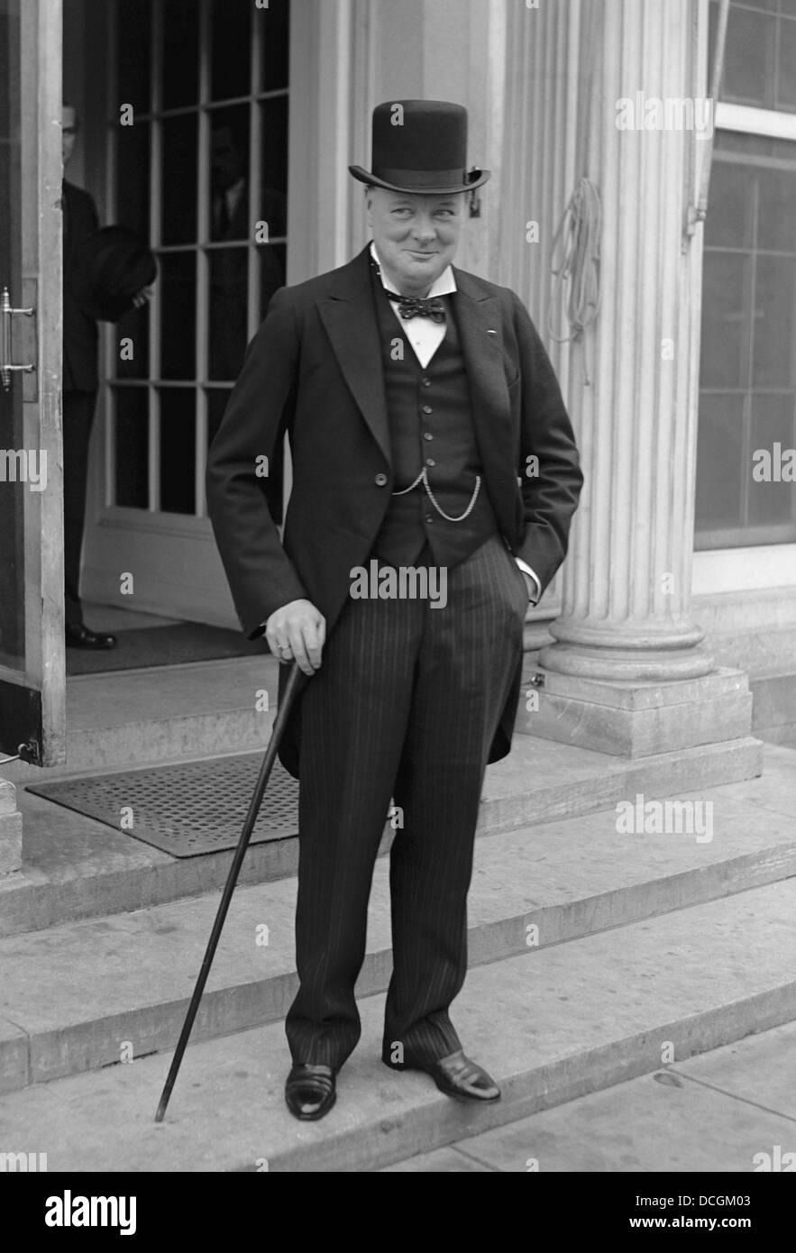 Restaurata digitalmente vintage English Storia Foto di Winston Churchill indossare top hat e code, nel 1929. Immagini Stock