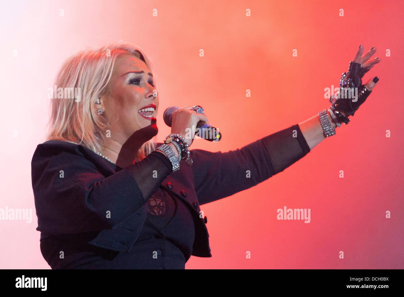 Remenham, Henley-on-Thames, Oxfordshire, Regno Unito. Il 17 agosto 2013. Inglese cantante pop Kim Wilde esegue sul Immagini Stock