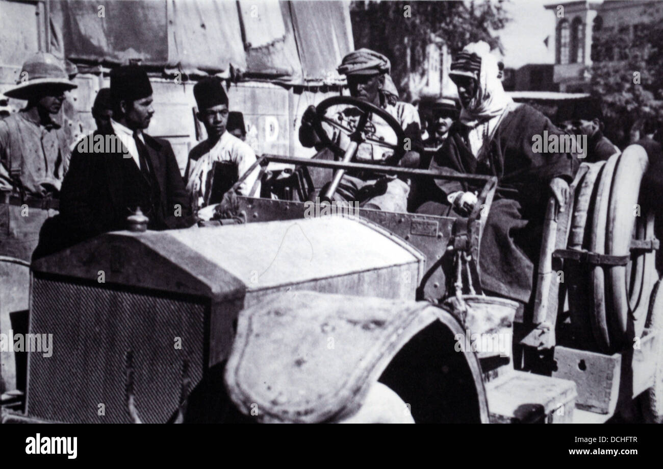 TE Lawrence con Sam rotoli in Rolls Royce entrando in Damasco Immagini Stock