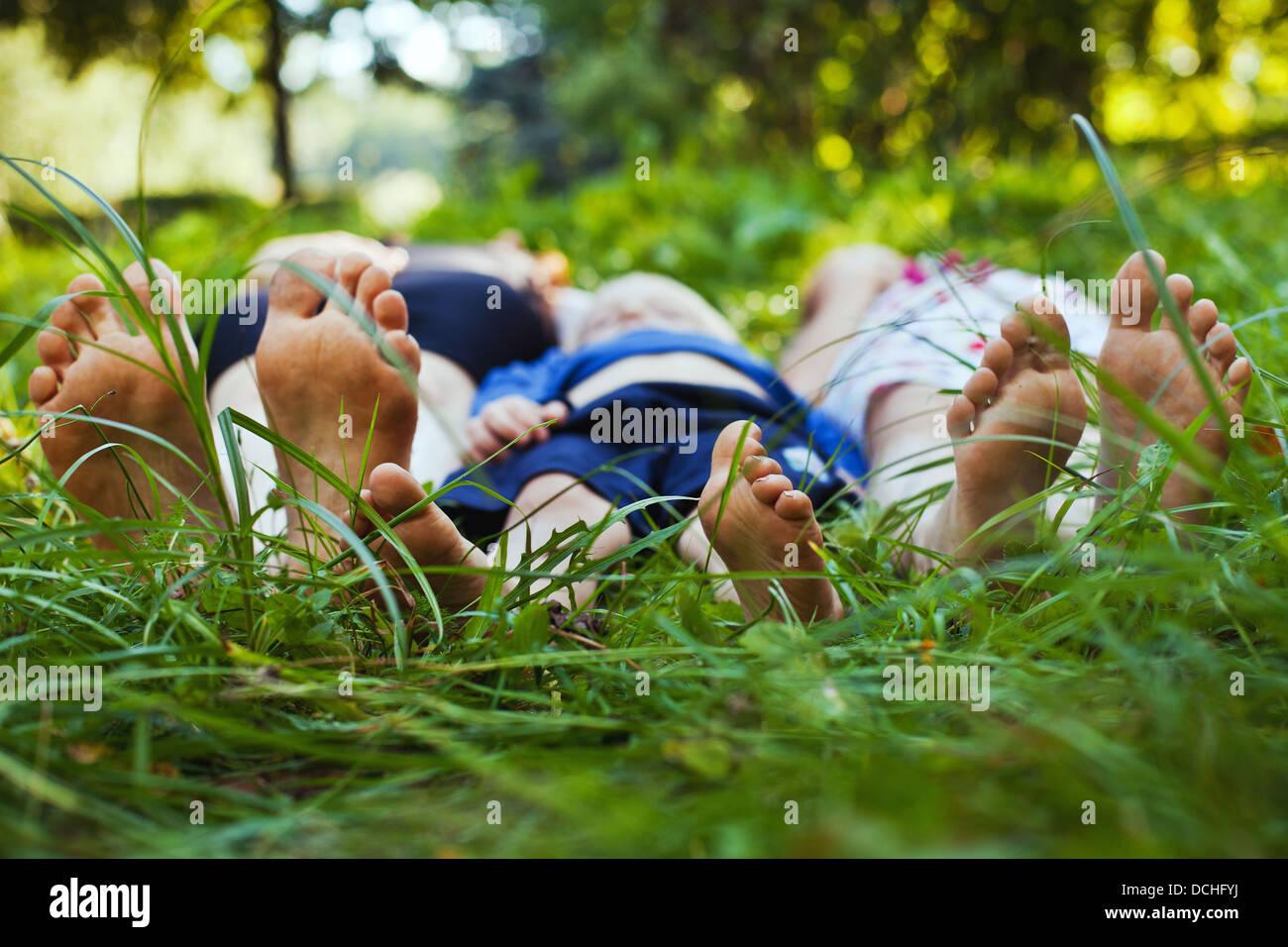 Famiglia rilassante sull'erba Immagini Stock