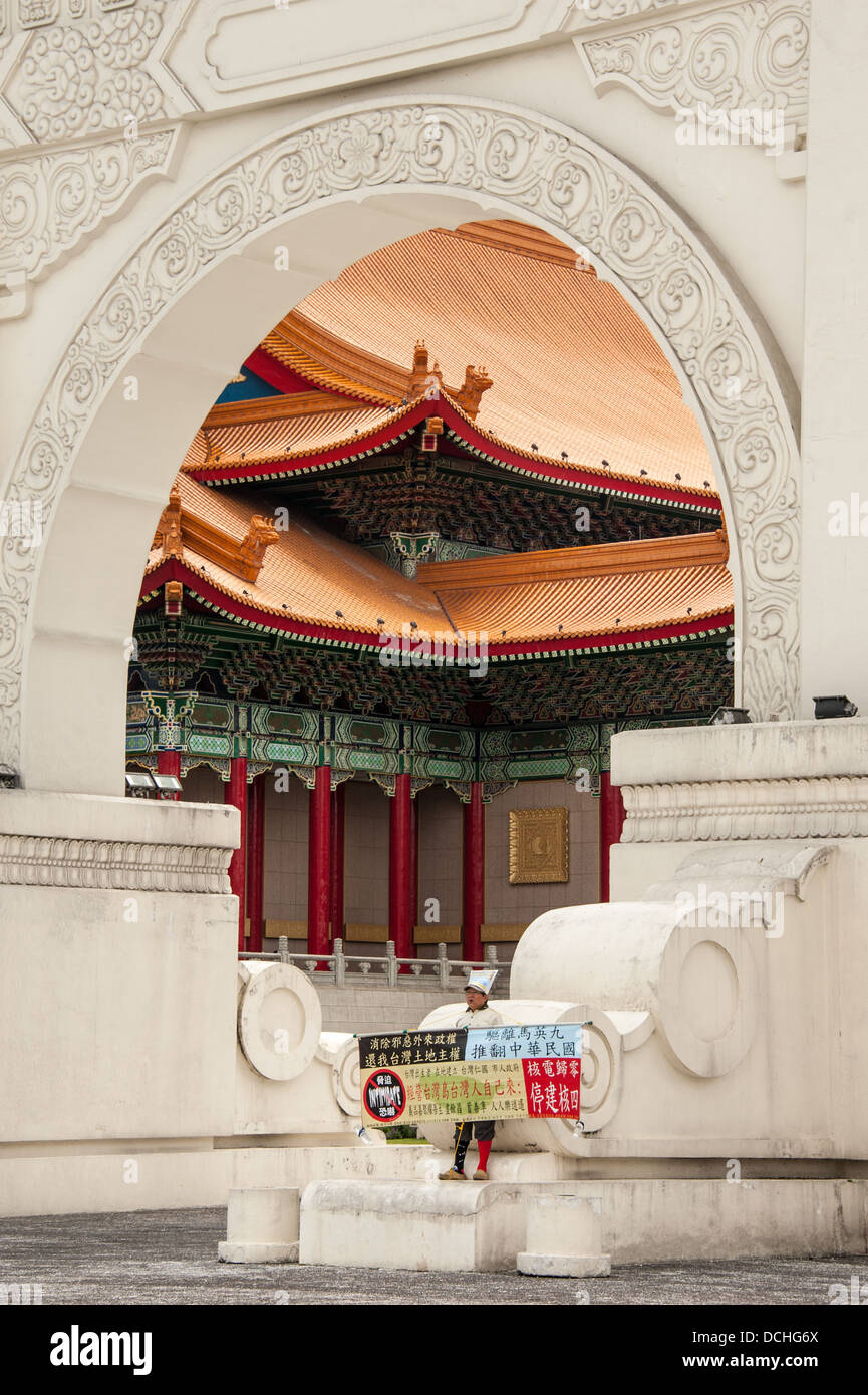 Un manifestante solitario visualizza un banner al gate Memorial Hall Park in Taipei. La National Concert Hall è Immagini Stock
