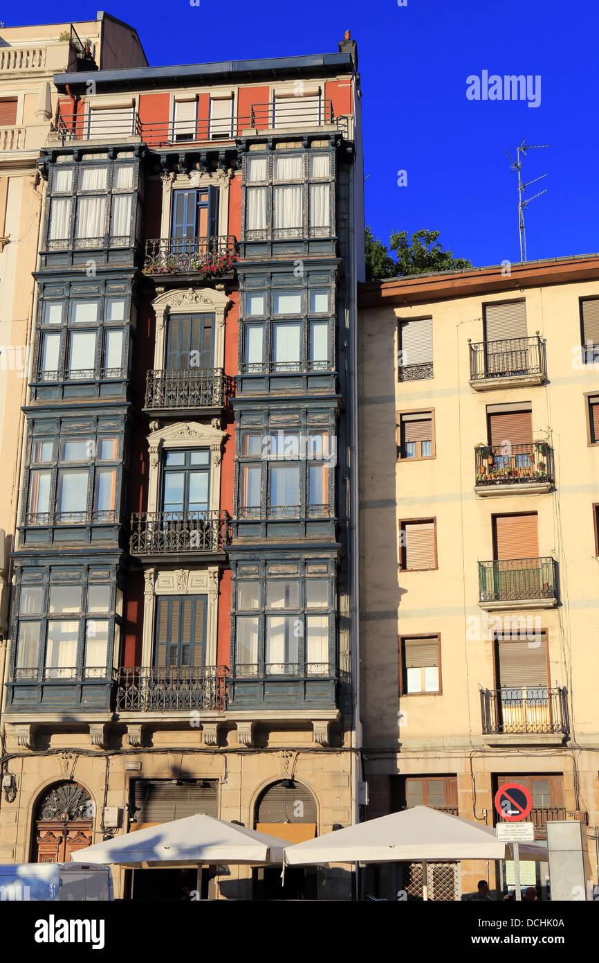 Gli edifici di vecchia costruzione nel Casco Viejo di Bilbao Immagini Stock