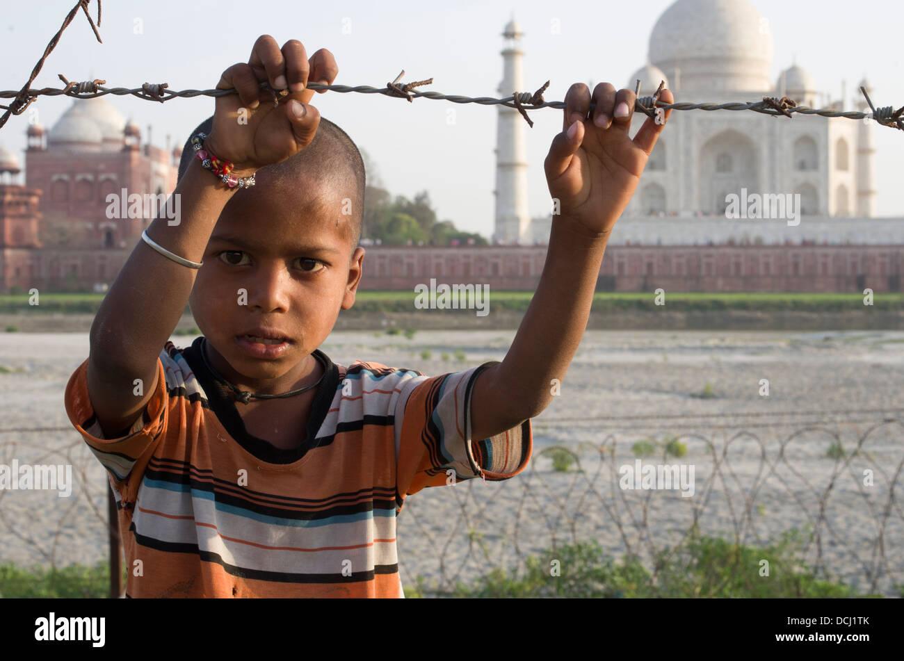 Il ragazzo, filo spinato, Taj Mahal bianco mausoleo di marmo - Agra, India un Sito Patrimonio Mondiale dell'UNESCO Immagini Stock