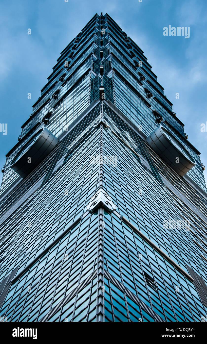 Una vista guardando direttamente verso l'alto dalla base di Taipei 101 in Taipei, Taiwan. Immagini Stock