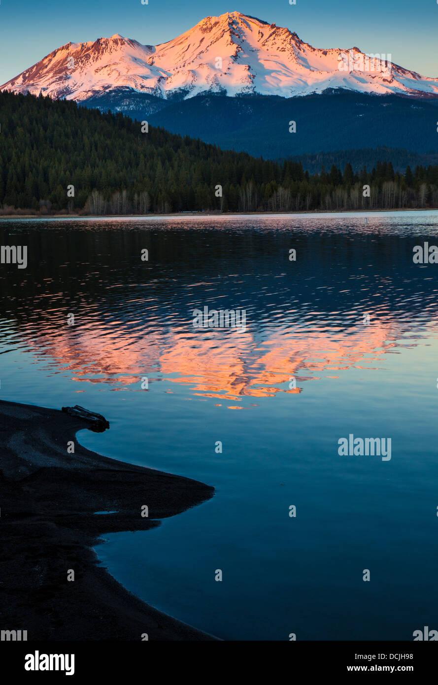 Mount Shasta riflettente nel vicino lago Siskiyou, California Immagini Stock