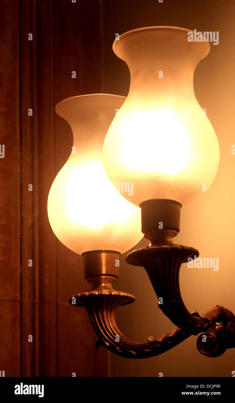 Tradizionali lampade a Gas in ambienti a bassa luminosità montato su una parete in una casa storica Immagini Stock