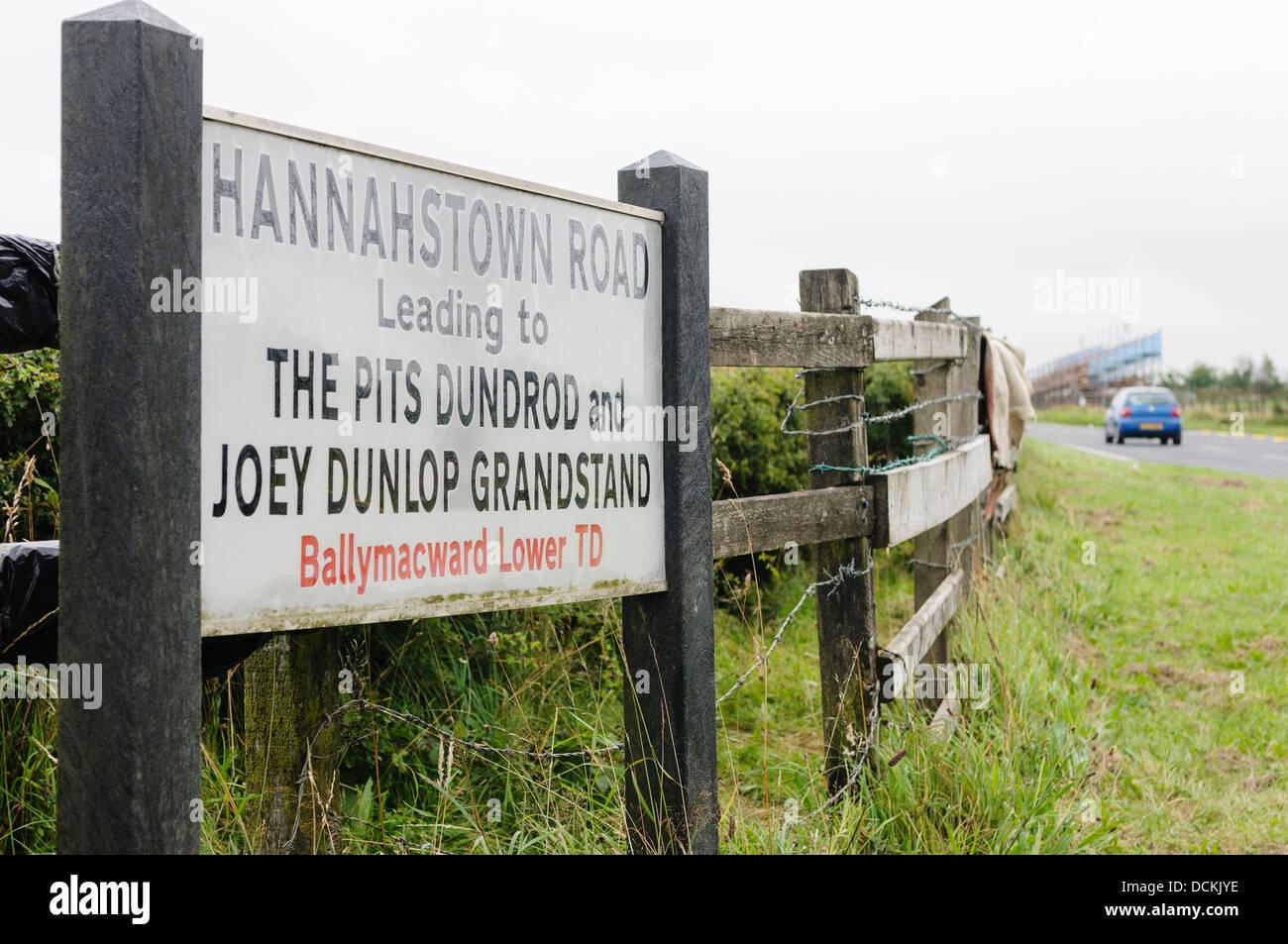 Segno all'Hannahstown Road, parte del Dundrod 150 la gara su strada, portando a Joey Dunlop e tribuna corso Immagini Stock